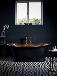 salle de bain anthracite avec baignoire de luxe noire et petite fenetre
