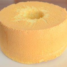 シフォンケーキは失敗しがちなお菓子のひとつだと思います。レシピ通りに焼いているのに、焼き縮みしたり、穴があいたり・・・。上手に焼けたと思っても次に焼いたときにはまた失敗したり。しかも、いつも同じ失敗に Sweets Recipes, Just Desserts, Cooking Recipes, Bolo Chiffon, Baked Rice, Sweets Cake, Cake Flour, Confectionery, How To Make Cake