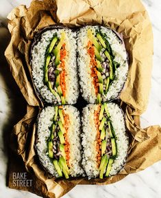 Onigirazu or onigiri sandwich. Made with sushi rice and nori seaweed, stuffed with our choice, in this case vegetables. Accompany it with a sauce of your choice and enjoy. Veggie Recipes, Asian Recipes, Vegetarian Recipes, Cooking Recipes, Healthy Recipes, Detox Recipes, Sushi Sandwich, Sushi Sushi, Catering Food Displays