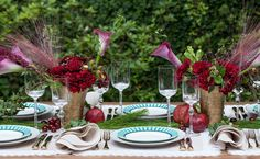 Uma mesa linda e diferente para o seu almoço ou ceia de Natal. Cerejas, romãs, cravos e verdes espalhados por todos os lados...
