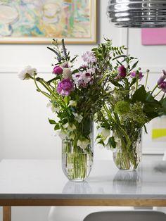 – Jeg liker at bukettene er ville og litt store, sier Helene. Vaser Colour, fra Hay. Foto: Birgit Fauske Summer Flowers, Glass Vase, Inspiration, Homes, Home Decor, Biblical Inspiration, Houses, Decoration Home, Room Decor