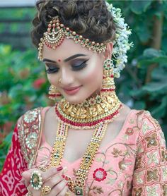 Can't decide what is more eye-catchy about her bridal look – her radiant makeup … - Braut Indian Bridal Photos, Bridal Hairstyle Indian Wedding, Indian Wedding Makeup, Indian Wedding Bride, Indian Bridal Hairstyles, Indian Bridal Fashion, Wedding Hairstyles, Bridal Poses, Bridal Photoshoot