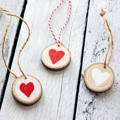 Cute DIY Christmas ornaments from wood slices. Easy tutorial with photos. (In Hungarian).