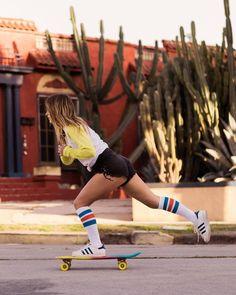 Skateboarding into the weekend 👋 📸 Skater Look, Skater Girl Style, Skater Girls, Bmx Girl, Biker Girl, Surfer Girl Hair, Manon, Skate Style, Skate Surf