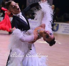 SK-CAG11 ボリュームたっぷりのオーストリッチ使いのスカートがとても美しい白&ロイヤルブルーの石びっしりのスタンダードドレス(7~小さ目9号)   Atelier Casablanca -ダンスドレスの部屋- - 楽天ブログ
