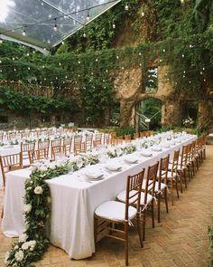 As mesas gigantes são uma tradição dos casamentos americanos que pouco a pouco vai ganhando espaço no Brasil. É uma oportunidade de deixar os convidados mais próximos e de aproveitar melhor o espaço caso você tenha escolhido um local pequeno para recepção.