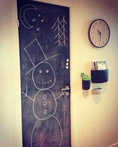 Krittmaling på døra til kjøkken boden. Klar for barneselskap og tegne på nesen til snømannen ⛄️ Clock, Wall, Home Decor, Watch, Decoration Home, Room Decor, Interior Design, Home Interiors, Clocks