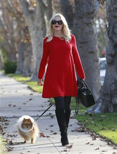The lady in red! Gwen Stefani looked holiday chic while walking to her parents' house to celebrate Thanksgiving on Nov. 28, 2013.  This girl ALWAYS looks good! how does she do it!!!???
