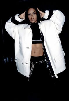 From Rihanna to Destiny's Child, these are the celebrities Aaliyah influenced with her personal style. Black 90s Fashion, 2000s Fashion, Hip Hop Fashion, Look Fashion, Aaliyah Outfits, Aaliyah Style, Mode Hip Hop, 90s Hip Hop, Hipster Outfits