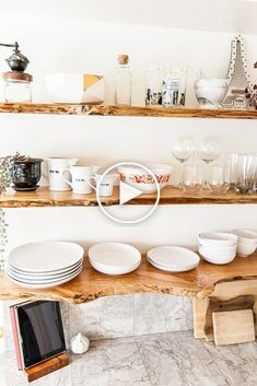 Ce relooking de cuisine comprend des armoires peintes et des étagères ouvertes fabriquées avec des étagères flottantes à bords vivants. Comprend des recommandations matérielles pour les étagères.
