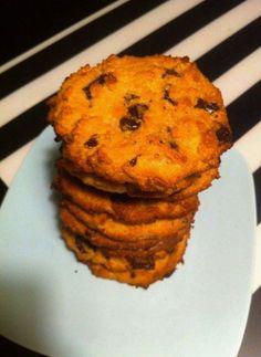 9-10 cookies: • 185 gram mandelmel  • ½ tsk bagepulver • ½ tsk salt • 85 g honning • 2 spsk smeltet kokosolie  • 1 æg • ½ tsk vaniljepulver • 45 g grofthakket mørk chokolade  1. Bland mandelmel, bagepulver og salt i en skål 2. Bland honning, kokosolie, æg og vanilje i en anden skål 3. Bland begge blandinger grundigt sammen og tilføj derefter den hakkede chokolade 4. Rul dejen til små kugler og pres dem på bagepapir på en bageplade 5. Bag dem i 13-15 minutter på 175 6. køl af på rist