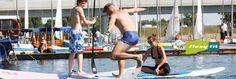 Mit SUP (Stand Up Paddeln) an der alten Donau wird eine neue Aktivität im Outdoor-Bereich angeboten, die hipper kaum sein könnte.     Auf einem etwas umgewandelten Surfbrett stehend paddelt man gegen Wind und Wetter, was bei etwas höherem Wellengang koordinativ durchaus beachtliches Talent erfordert. Oder einem bei Schönstwetter einfach nur den Atem raubt – wie übrigens die Sportart SUP auch, hier werden Ausdauer und Kraft herrlich trainiert. Coaching, Sup Stand Up Paddle, Outdoor, Surfing, Simple, Nice Asses, Training, Outdoors