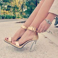 ¿Qué tal estas sandalias con tacón transparente? ¡Son perfectas para primavera!