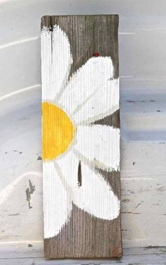 flower art For those that want to add to their home decor with some creative decoration here is an exquisite collection of DIY Creative Decor Hacks That Will Blow Your Mind. Dive in this creativity and try to do at least one of these projects. Pallet Crafts, Diy Home Crafts, Wood Crafts, Fun Crafts, Arts And Crafts, Arte Pallet, Pallet Art, Pallet Signs, Wood Signs