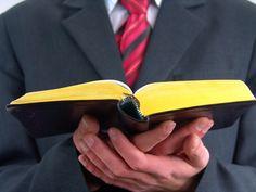 Esta fotograf'ia de manos varoniles que sostienen una Biblia abierta ilustra el documento Pastores: estudios sobre la organización establecida por dios para su iglesia, en editoirallapaz.org.