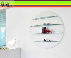 #libreria Sphera con boiserie serigrafie trendy bianca e ripiani sagomato in vetro acidato _Unico Italia #trazziarredamenti