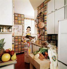 Gloria Vanderbilt nella cucina del suo appartamento, foto di Horst P. Horst per Vogue, New York, 1975