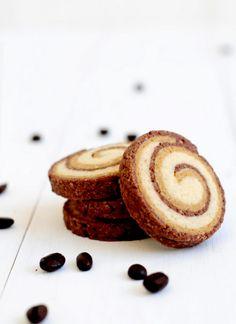 עוגיות נהדרות, פריכות וטעם הקפה בהן מורגש היטב. הן נשמרות זמן רב בקופסה אטומה, והן כל כך יפות - מלאו צנצנת כזו והניחו על השיש, ותנו לאורחים לנסות להפתיע