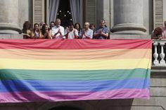 Ser lesbiana en 1977. Dos de las protagonistas de la primera manifestación homosexual en la ciudad reivindican el papel del feminismo en su lucha. Coinciden en el mucho trabajo que queda por hacer, pese a las victorias legislativas logradas tras batallar durante cuatro décadas. Helena López | El Periódico, 2017-06-27 http://www.elperiodico.com/es/noticias/barcelona/ser-lesbiana-en-barcelona-en-1977-dia-orgullo-gay-6131824