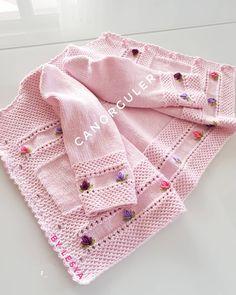 Discover thousands of images about Merhabalar sevgili arkadaslarim. En cok begenilen ve siparis alan tasarimi bana ait bu zarif rokoko nakisi hirkamizla burdayim. Baby Cardigan, Baby Pullover, Baby Vest, Knitting Blogs, Baby Knitting Patterns, Hand Knitting, Knit Baby Booties, Baby Sweaters, Baby Wearing