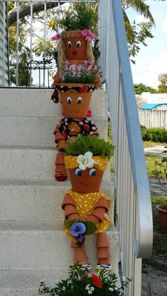 You can decorate your garden with ordinary clay pots,but in an extraordinary way. Check out these great DIY clay pot people that will cheer up your garden! Clay Pot Projects, Clay Pot Crafts, Diy Clay, Diy And Crafts, Flower Pot Art, Clay Flower Pots, Flower Pot Crafts, Flower Pot People, Clay Pot People