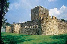 El Castillo de Muñatones en Muskiz, una de las fortalezas más sobresalientes de Bizkaia, fue construido a mediados del siglo XV por el cronista Lópe García de Salazar.