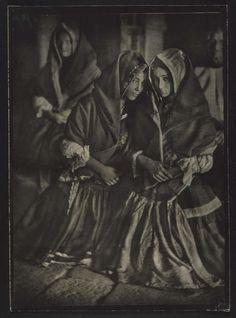 José Ortiz Echagüe Puertas - Lagarteranas en misa (Women of ...