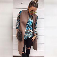Vzorovaná košeľa  veľ.M sedí na S-M jej material je hebučký a veľmi príjemný v akciovej cene 1890 Zavinovacia vesta vačky zdobí práva kožušina   Veľ.UNI -vačky su odopínateľné v akciovej cene 4990 -objednaj v directe na FB  alebo priamo na www.tvojstyl.fashion