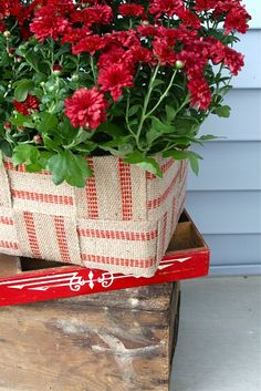 Jute webbing planter  - wouldn't this be cute tacked onto a wooden toolbox?  lemontreecreations.blogspot.com