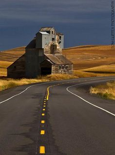 Palouse backroads An old grain solo,.one good wind and its history Old Buildings, Abandoned Buildings, Abandoned Places, Abandoned Castles, Abandoned Mansions, Country Barns, Country Roads, Silo House, Back Road