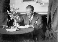 Atatürk, Karadeniz Vapuru'nda Sergi Hakkındaki Düşüncelerini Yazarken.  Bandırma - 13 Haziran 1926