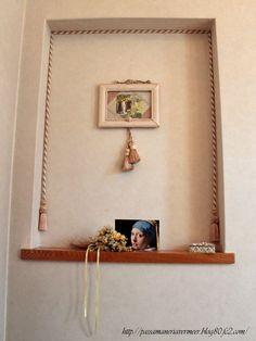 タッセルの使い方=ニッチに、ロープとタッセルでデコレーション。フォトフレームも、ロープタッセルで飾りつけしています。***「Chez Mimosa シェ ミモザ」   ~Tassel&Fringe&Soft furnishingのある暮らし  ~   フランスやイタリアのタッセル・フリンジ・  ファブリック・小家具などのソフトファニッシングで  、暮らしを彩りましょう     http://passamaneriavermeer.blog80.fc2.com/