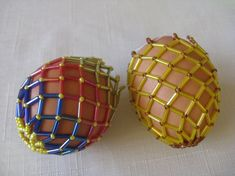 Photo Tutorial A couple of years ago I found an excellent tutorial on how to make a beaded egg shell - and I made this one. I& lost the . Egg Crafts, Easter Crafts, Crafts For Kids, Beaded Ornament Covers, Beaded Ornaments, Easter Egg Pattern, Egg Shells, Beading Patterns, Beading Ideas