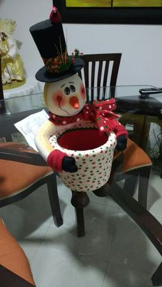 Unlike your work projects, Christmas projects will be so much fun because you will get to explore your imagination. Easy Christmas Crafts, Felt Christmas, Christmas Projects, Christmas And New Year, Simple Christmas, Christmas Time, Xmas, Christmas Ornaments, New Years Decorations