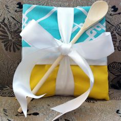 DIY GIFT IDEA Cook book and recipe cards, wrapped in dish towels and topped with a wooden spoon. Simple Gifts, Cool Gifts, Unique Gifts, Best Gifts, Craft Gifts, Diy Gifts, Wrapping Gift, Wrapping Ideas, Book Wrap