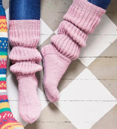 Ruttusukat yhdistävät säärystimet sukkiin – katso ohje!   Meillä kotona Knitting Charts, Knitting Socks, Knitting Patterns, Slouch Socks, Cozy Socks, Yarn Projects, Knitting Projects, Cheap Yarn, Woolen Socks