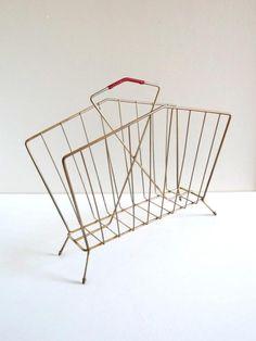 Porte-revues vintage années 50 métal doré et scoubidou rouge