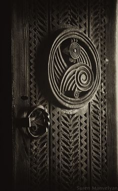 i like the patterns carved door i