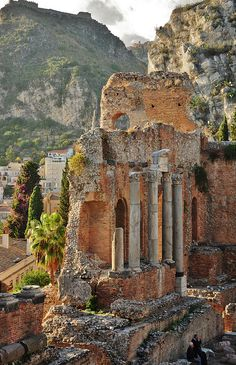 Greco Roman Theatre (Greko Romen Tiyatro) Taormina, province of Messina Sicily, Italy (Sicilya - İtalya). Places Around The World, Oh The Places You'll Go, Places To Travel, Places To Visit, Around The Worlds, Wonderful Places, Beautiful Places, Beautiful Life, Amazing Places