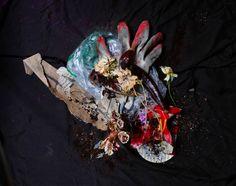 Recycled Beauty – Des natures mortes de légumes périmés et d'objets jetables (image)