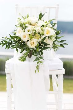 White and green make the most beautiful bouquet colour palette.