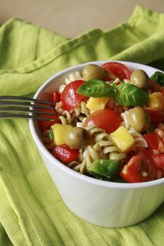 Deze pastasalade ziet er erg mooi uit door de verschillende kleuren pasta en groenten en smaakt bovendien heerlijk! Altijd een favoriet tijdens de warmere dagen en heerlijk bij bijvoorbeeld de BBQ!