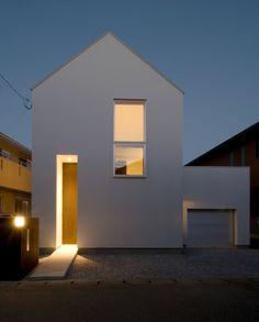 従来の間取りタイプに捕らわれない生活空間が収まった住宅。それは若い夫婦のための住宅で様々なシーンが繰り広げられる場として… Minimalist Architecture, Architecture Details, Interior Architecture, Narrow House Designs, Small House Design, Gate House, Facade House, Facade Design, Exterior Design
