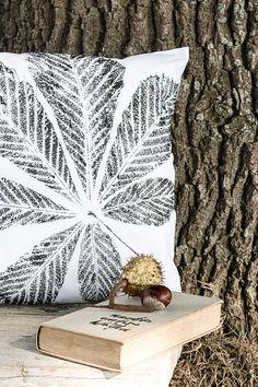 Kastanienblatt auf Stoff gestempelt ergibt ein wunderschönes DIY Kissen.