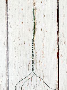 trança do fio para criar uma coroa floral diy.