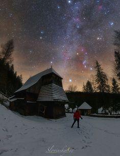 Zima v 15. storočí  Zo Skanzenu Oravskej dediny postupne vydám sériu fotografií a táto je prvá z nich.Fotografia vznikla pri gotickom kostole zo začiatku 15. storočia. Je nočná obloha, ktorú vidíme v dnešných mestách takáto, ako videli ľudia kedysi? Northern Lights, Cabin, House Styles, Nature, Travel, Naturaleza, Viajes, Cabins, Destinations