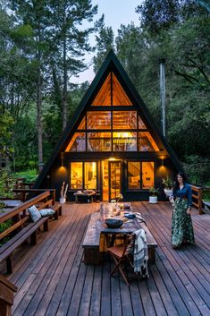 A Bay Area designer strips back an A-frame cabin to create a moody, modern-boho hideaway tucked among the evergreens. A Bay Area designer strips back an A-frame cabin to create a moody, modern-boho hideaway tucked among the evergreens. Tyni House, Tiny House Cabin, Tiny House Design, Cabin Homes, Modern House Design, Cabin Design, Modern Wood House, Wood Homes, Wood House Design