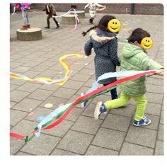 knijper met crêpe-papier wat een buiten speel plezier - de spelende kleuter