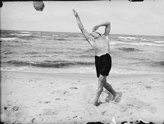 Lyonel Feininger, Laurence Feininger on the beach, Deep, Baltic coast, 1930 | Harvard Art Museums/ Busch-Reisinger Museum