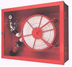 una mangera de incendios servicio publico para facilitar apagar un incendio en un recinto